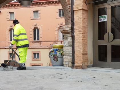 Centro storico di Marsciano, al lavoro un operatore per lo spazzamento manuale di vicoli e piazze